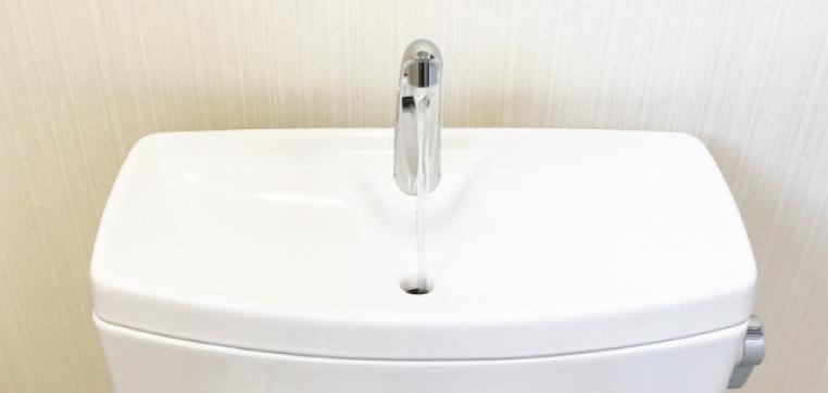 トイレのタンク内の掃除や修理を行うときは、フタを取り外す必要があります