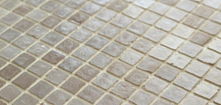 つなぎ目で使われている素材が劣化を起こすと、水は床下や壁内部へと流れていきます